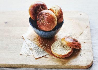 De délicieux petits pains moelleux et tout chauds pour réaliser des burgers maison : découvrez notre recette facile et rapide !